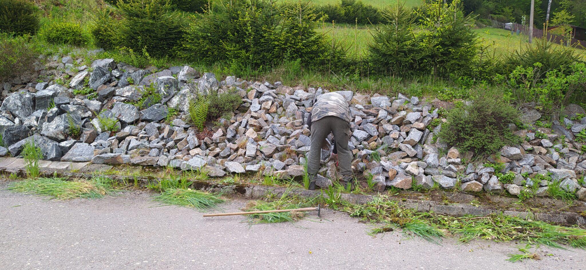 Jarní údržba skalky u Progressy